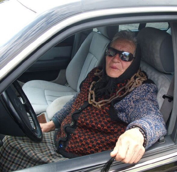 Attention, faut pas lui la faire a l envers a mamy ! - bad old girls mamy se la pete au volant avec ses lunettes de soleil et son super collier rouille