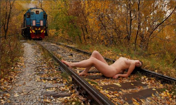 Comment arreter un train ? - sexy girl vs train